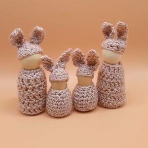 Nyuszi család -  waldorf inspiráció, Játék & Gyerek, Horgolás, Baba-és bábkészítés, A nyuszi család alapja kis fa figura. Finom pasztell színű, horgolt ruhácskát kaptak.  \nA nagy nyusz..., Meska