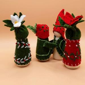 Virág manó készlet - piros-fehér -zöldben- waldorf inspiráció, Játék & Gyerek, Varrás, Baba-és bábkészítés, A manók alapja kis fa figura. Gyapjúfilc ruhácskát varrtam nekik és hímzéssel varázsoltam őket virág..., Meska