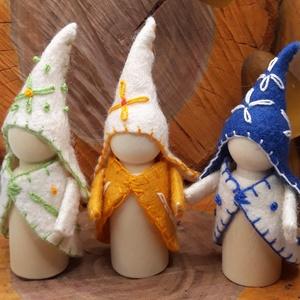 Erdő Manó Trió - waldorf inspiráció , Játék & Gyerek, Bábok, Varrás, Baba-és bábkészítés, A manók alapja kis fa figura. Gyapjúfilc ruhácskát varrtam nekik és hímzéssel varázsoltam őket Erdőt..., Meska