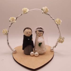 Esküvői dekoráció vagy ajándék- menyasszony-vőlegény - torta-tető-dísz, Esküvő, Dekoráció, Sütidísz, Varrás, A menyasszony és a vőlegény alapja kis fa figura és 7 cm magasak. Gyapjúfilc ruhácskát varrtam nekik..., Meska