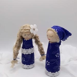 Kékfestő - fababa, Otthon & Lakás, Dekoráció, Dísztárgy, Varrás, Baba-és bábkészítés, A két kis baba alapja  fa figura. Kékfestő jellegű pamutvászon  ruhácskát kaptak. Csipkével diszítet..., Meska