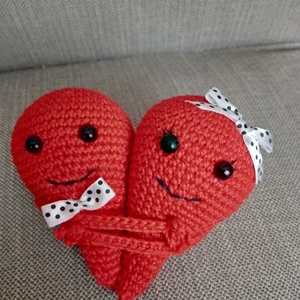 SZERETŐ SZÍV, Játék & Gyerek, Plüssállat & Játékfigura, Más figura, Horgolás, Szerelmeseknek, Valentin napra, esküvőre, vagy csak úgy...\nBármelyik alkalomra kedves ajándék ez a h..., Meska