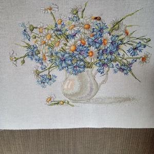 Margaréta és búzavirág kancsóban, Otthon & lakás, Dekoráció, Kép, Hímzés, Pamut hímzővászonra keresztszemes hímzéssel készített kép.\nHímzés magassága:21,5 cm, szélessége: 28 ..., Meska