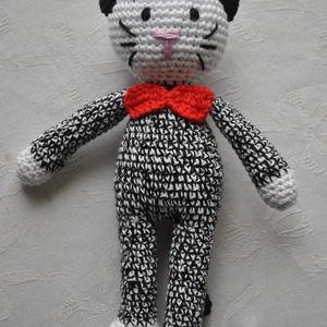 Cica - Fekete/Fehér, Játék & Gyerek, Plüssállat & Játékfigura, Cica, Horgolás, Cica\nFekete-fehér cicus\nRendelésre : bármilyen színben elkészítem\n\nPamutfonal, poliészter töltet.\n\nm..., Meska