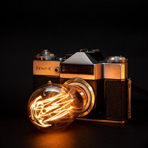 Régi vintage Zenit fényképezőgép lámpa ST58 izzóval, Hangulatlámpa, Lámpa, Otthon & Lakás, Újrahasznosított alapanyagból készült termékek, Mindenmás, Régi vintage Zenit-E fényképezőgép lámpává átalakítva eladó\n\n* ∼2,3 méteres, 250V-os vezeték, földel..., Meska