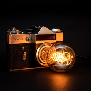 Régi vintage Zenit fényképezőgép lámpa A60 izzóval, Hangulatlámpa, Lámpa, Otthon & Lakás, Újrahasznosított alapanyagból készült termékek, Mindenmás, Régi vintage Zenit-E fényképezőgép lámpává átalakítva eladó\n\n* ∼2,3 méteres, 250V-os vezeték, földel..., Meska