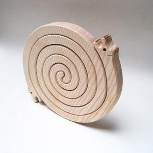 Szerelmes csigák - 2 in 1 - fából készült lábosalátét, Konyhafelszerelés, Otthon & lakás, Edényalátét, Famegmunkálás, Újrahasznosított alapanyagból készült termékek, Ez a jópofa és egyben praktikus, szerelmes csigákat formázó edényalátét  kőrisfából készült. A két c..., Meska