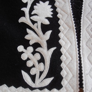 Szűrrátétes boleró/azonnal postázható:)), Képzőművészet, Textil, Varrás, Ez a kis mellény fekete alapon nyers fehér rátéttel készült. Mérete kb 40-42-es méretnek felel meg...., Meska