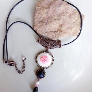 Rózsaszín rózsás medál nyaklánc  - fehér,  bronz, fekete, arany (hoyacarnosa) - Meska.hu