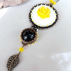 Sárga rózsás medál nyaklánc  - fehér,  bronz, citrom, fekete (hoyacarnosa) - Meska.hu