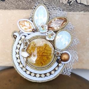 Swarovski sujtas bross, Ékszer, Kitűző & Bross, Kitűző, Három csodálatos Swarovski kristály és egy roppantott kerámia kaboson a fő éke ennek a brossnak.  A ..., Meska