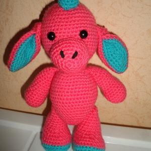 rózsaszín bébi sárkány, Gyerek & játék, Játék, Baba játék, Játékfigura, Baba-és bábkészítés, Horgolás, 22 cm magas, biztonsági szemes, mozgatható lábú (állni és ülni is tud) kézműves, horgolt bébi sárkán..., Meska