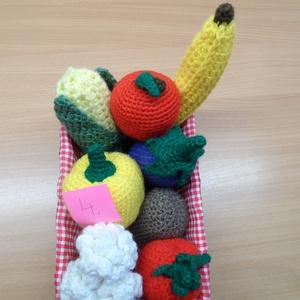 Zöldségek és gyümölcsök kosárban 4., Játék & Gyerek, Horgolás, 6db zöldségféle és 2 gyümölcs kis fonott kosárkában. A babakonyhai játék kellékei.\nKülönböző méretűe..., Meska