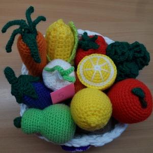 Zöldségek és gyümölcsök kosárban 5., Játék & Gyerek, Horgolás, 9 db zöldségféle és 4 gyümölcs kis horgolt kosárkában. A kosarat az újrahasznosítás jegyében póló fo..., Meska