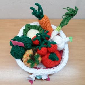 Zöldségek és gyümölcsök kosárban 6., Játék & Gyerek, Horgolás, 8 db zöldségféle kis horgolt kosárkában, mely az újrahasznosítás jegyében póló fonálból van horgolva..., Meska
