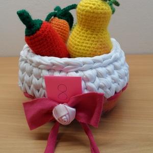 Zöldségek és gyümölcsök kosárban 8., Játék & Gyerek, Horgolás,  5 db zöldségféle és 2 gyümölcs kis horgolt kosárkában, mely az újrahasznosítás jegyében a felső rés..., Meska