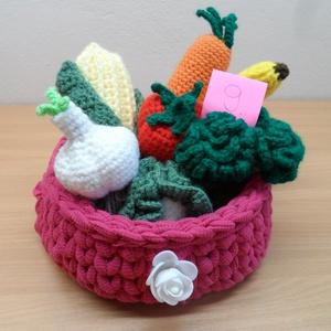 Zöldségek és gyümölcsök kosárban 9., Játék & Gyerek, Horgolás, 6 db zöldségféle és 1 gyümölcs kis horgolt kosárkában, mely az újrahasznosítás jegyében póló fonálbó..., Meska