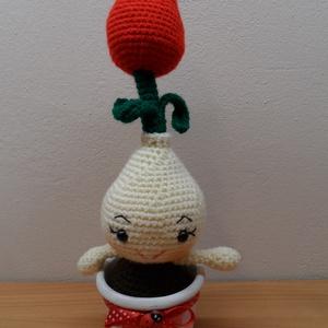 Piros tulipán díszített kaspóban, Otthon & Lakás, Dekoráció, Csokor & Virágdísz, Horgolás, 27 cm magas hagymás virág, díszített kaspóban. A lakás dísze lehet. Felnőtteknek is ajánlom. Kedves ..., Meska