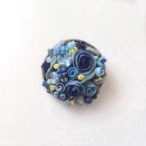 Virágcsokor kitűző - kék, Ékszer, Kitűző & Bross, Kitűző, Gyurma, Süthető gyurmából készült apró virágos kerek kitűző, sütés után lakkoztam. \nÁtmérője kb 2,5 cm...., Meska