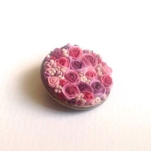 Virágcsokor kitűző - rózsaszín, Ékszer, Kitűző, bross, Gyurma, Süthető gyurmából készült apró virágos kerek kitűző, sütés után lakkoztam. \nÁtmérője kb 2,5 cm...., Meska