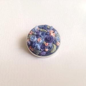 Virágcsokor kitűző - lila, kék, Ékszer, Kitűző & Bross, Kitűző, Gyurma, Süthető gyurmából készült apró virágos kerek kitűző, sütés után lakkoztam. \nÁtmérője kb 2,5 cm...., Meska