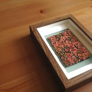 Mályvaszínű virágtenger - 3D kép süthető gyurmából (S), Otthon & lakás, Dekoráció, Lakberendezés, Kép, Gyurma, Festett tárgyak, A kép süthető gyurmából készült, középbarna képkeretbe került.\n\nA keret 12x17 cm, elrendezése variál..., Meska