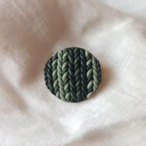 Gyurma kitűző - zöld (S), Ékszer, Kitűző és Bross, Kitűző, Gyurma, Süthető gyurmából készült, lakkozott kitűző nemesacél alapon.\nÁtmérője: 2 cm., Meska