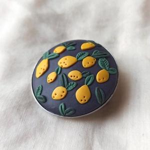 Gyurma kitűző - citromos (M), Ékszer, Kitűző és Bross, Kitűző, Gyurma, Süthető gyurmából készült, lakkozott kitűző nemesacél alapon.\nÁtmérője: 3 cm., Meska