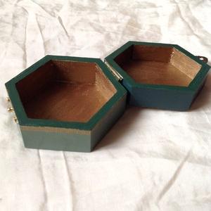 Festett hatszög alakű fa dobozka - zöld-arany - Meska.hu