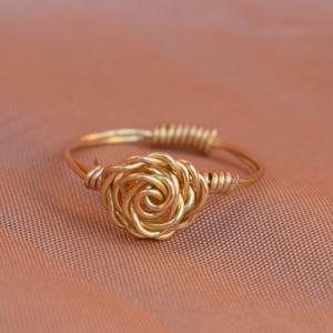 Rózsa gyűrű, Ékszer, Gyűrű, Vékony gyűrű, Ékszerkészítés, Rózsa gyűrű.\nEgyszerű elegáns kiegészítő a mindennapokra.\n\nA képen látható gyűrű 50-es méret. Amenny..., Meska