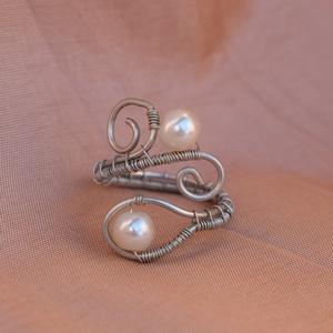 Gyöngy-Inda gyűrű, Ékszer, Gyűrű, Fonódó gyűrű, Ékszerkészítés, Gyöngy-Inda gyűrű.\nEgyszerű elegáns kiegészítő a mindennapokra.\n\nA képen látható gyűrű 53-56 os mére..., Meska