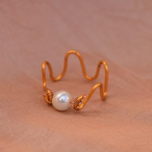 Hullám gyűrű, Ékszer, Gyűrű, Fonódó gyűrű, Ékszerkészítés, Hullám gyűrű.\nEgyszerű elegáns kiegészítő a mindennapokra.\n\nA képen látható gyűrű 55-ös méret . Amen..., Meska