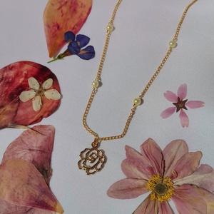 Rózsa nyaklánc, Ékszer, Nyaklánc, Medálos nyaklánc, Ékszerkészítés, Rózsa nyaklánc 4mm-es üvegtekla gyöngyök díszítésével. Igazi tavaszt hozó nyaklánc ami bármilyen alk..., Meska