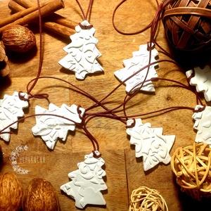 Apró fenyők, Otthon & Lakás, Karácsony & Mikulás, Karácsonyi dekoráció, Gyurma, Nyolc kis fenyő található ezen a karácsonyi füzéren, melyet levegőn száradó gyurmából készítettem. \n..., Meska
