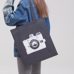 """Budapest \""""Fotós\"""" vászontáska sötétszürke, Táska & Tok, Bevásárlás & Shopper táska, Shopper, textiltáska, szatyor, Fotó, grafika, rajz, illusztráció, > A  legendás \""""Kamera\"""" mintával \n> 100% pamut vászontáska\n> Méretek: 42 x 38 cm\n, Meska"""