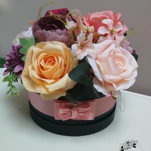 """Virágbox #Fancy, Otthon & lakás, Dekoráció, Dísz, Ünnepi dekoráció, Anyák napja, Szerelmeseknek, Virágkötés, Valentinnapi virágbox parfümmel \""""díszítve\"""". Lágy púderes színekben pompázó virágbox!\n\nMérete \n20 cm ..., Meska"""