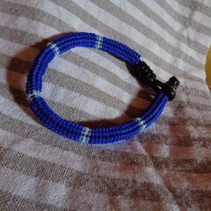 kék heringhurka, Ékszer, Karkötő, Gyöngyös karkötő, Kb. 7 mm vastag, kék, hering technikával fűzött gyöngy karkötő. A karkötő fűzött részébe viaszolt zs..., Meska
