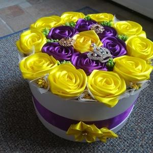 Doboz szatén rózsákkal , Dekoráció, Otthon & lakás, Dísz, Mindenmás, Szatén szalagból készült rózsa, dobozba zárva. 23 cm a doboz, melyeket szatén rózsa díszít. 6 cm-es ..., Meska