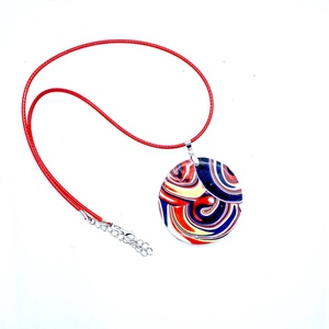 Örvény-  kerek medál nyaklánc ékszergyurmából, Ékszer, Nyaklánc, Medálos nyaklánc, Ékszerkészítés, Gyurma, Piros-sárga-fehér-kék színek játéka ez az ékszergyurmából készült medál, itt is megtalálható kedvenc..., Meska