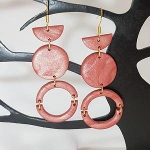 Gyöngyház rózsa színű fülbevaló., Ékszer, Fülbevaló, Lógó fülbevaló, Ékszerkészítés, Gyurma, \nGyöngyház rózsa színű fülbevaló.\nExtra könnyű,nikkelmentes.\nHosszúsága: 7.2 cm szélessége: 2.4 cm\n\n..., Meska