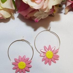 Rózsaszín virágos karika fülbevaló, Ékszer, Fülbevaló, Karika fülbevaló, Ékszerkészítés, Gyurma, Rózsaszín virágos karika fülbevaló\n\nExtra könnyű: 2 gramm/pár\nHosszúsága: 3.9 cm  Szélessége: 2.9 cm..., Meska
