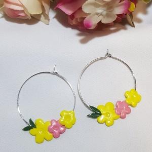 Virágokkal díszített karika fülbevaló, Ékszer, Fülbevaló, Karika fülbevaló, Ékszerkészítés, Gyurma, Virágokkal díszített karika fülbevaló.\n\nExtra könnyű: 2 gramm/pár\nHosszúsága: 3.5 cm  Szélessége: 2...., Meska
