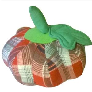 Sütőtök (őszi textil zöldség), Dekoráció, Otthon & lakás, Dísz, Lakberendezés, Patchwork, foltvarrás, Varrás, Sütőtök (őszi textil zöldség)\n\nEgy szép vesszőkosárban elhelyezve az ősz csodálatos hangulatát varáz..., Meska