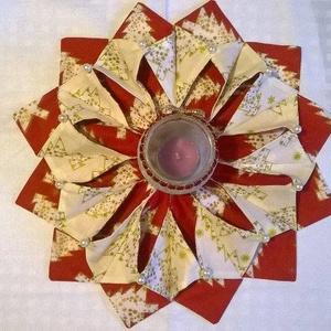 Asztali dísz, karácsonyi mécsestartó, Dekoráció, Otthon & lakás, Ünnepi dekoráció, Karácsony, Karácsonyi dekoráció, Varrás, Patchwork, foltvarrás, Karácsonyi mintás textilből készült, mécses tartó vagy asztali dísz. \n\nÁtmérője 34 cm, \n\nanyaga: pam..., Meska