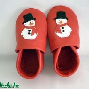 Hóemberes puhatalpú cipő,18-as készleten, Pilooshoe, Ruha & Divat, Babaruha & Gyerekruha, Babacipő, Bőrművesség, Varrás, Puha bőrből készült ez a cipőcske, felső részét hóember díszíti, készülődve a télre, a havazásra és ..., Meska