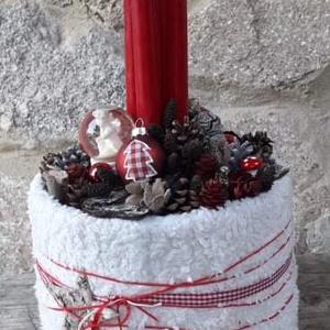 Hagyományos piros adventi dísz, Otthon & Lakás, Karácsony & Mikulás, Adventi koszorú, Mindenmás, Hagyományos piros adventi dísz\n\nA díszítéshez tobozokat, terméseket, üveggömböt és pöttyös műanyag g..., Meska