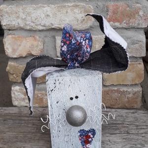 Fa húsvéti nyúl dekoráció ezüst orral, Otthon & Lakás, Dekoráció, Asztaldísz, Mindenmás, Varrás, Fa húsvéti nyúl dekoráció ezüst orral\n\nFa hasábból készült nyuszi drót bajusszal és textil fülekkel...., Meska