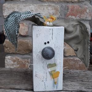 Fa húsvéti nyúl dekoráció grafit orral és zöld kockás fülekkel, Otthon & Lakás, Dekoráció, Asztaldísz, Mindenmás, Varrás, Fa húsvéti nyúl dekoráció grafit orral és zöld kockás fülekkel\n\nFa hasábból készült nyuszi fehér dró..., Meska