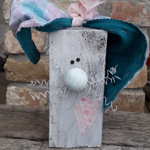 Fa húsvéti nyúl dekoráció fehér bajusszal és kockás fülekkel, Otthon & Lakás, Dekoráció, Asztaldísz, Mindenmás, Varrás, Fa húsvéti nyúl dekoráció fehér bajusszal és kockás fülekkel\n\nFa hasábból készült nyuszi fehér drót ..., Meska
