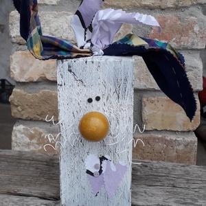 Húsvéti fa nyúl lila masnival, Otthon & Lakás, Dekoráció, Asztaldísz, Mindenmás, Varrás, Fa hasábból készült nyuszi fehér drót bajusszal és kockás textil fülekkel.\nAlkalmas dekorációnak ünn..., Meska